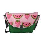 Fresa y sandía en la bolsa de mensajero rosada bolsas de mensajeria