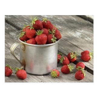 fresas de jardín en taza tarjeta postal