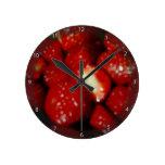 Fresas dulces en el ultramarinos relojes de pared