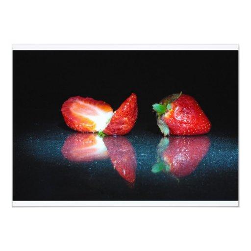"""Fresas en fondo negro invitación 5"""" x 7"""""""