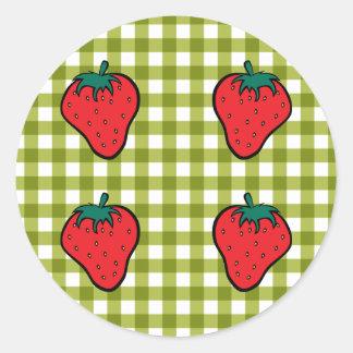 Fresas en la guinga verde pegatina redonda