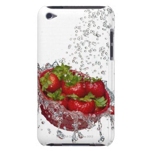 Fresas en un colador rojo barely there iPod carcasas