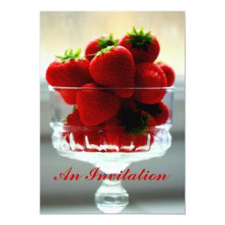 Fresas en una invitación del cuenco