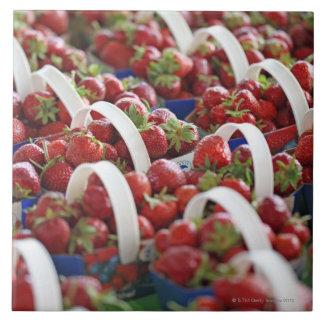 Fresas en una parada del mercado azulejo cuadrado grande