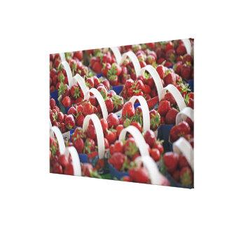Fresas en una parada del mercado lienzo envuelto para galerías