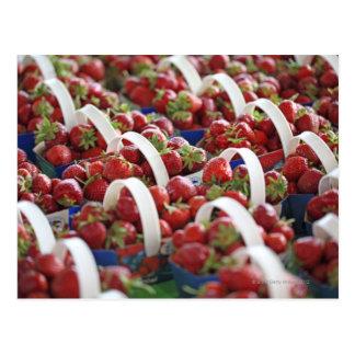 Fresas en una parada del mercado postales