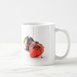 Fresas rojas cayéndole chocolate taza