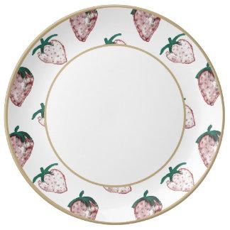 Fresas rosadas tejadas en fondo color crema platos de cerámica