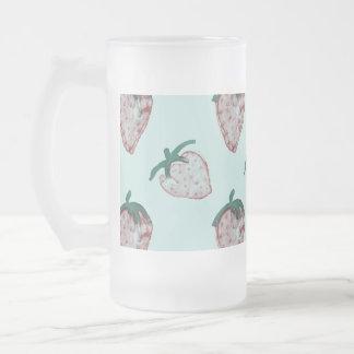 Fresas rosadas tejadas en fondo de los azules taza de cristal