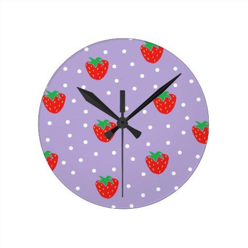 Fresas y lunares púrpuras relojes de pared