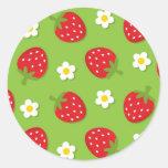 Fresas y margaritas en el verde (2) pegatina redonda