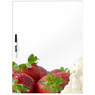Fresas y tablero poner crema pizarra blanca