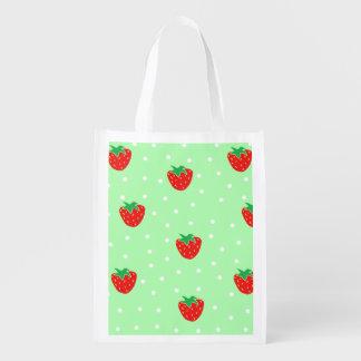 Fresas y verde menta de los lunares bolsas para la compra