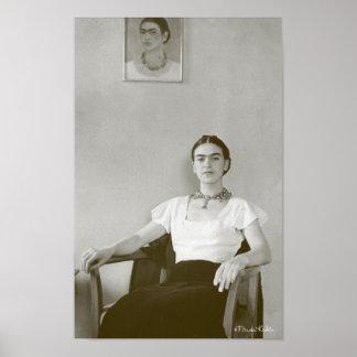 Frida Kahlo asentó con la pintura de Frida Póster