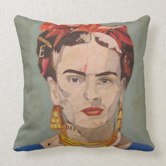 Frida Kahlo en Coyoacán Portrait Pillows