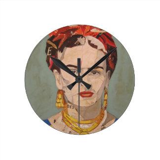 Frida Kahlo en Coyoacán Portrait Round Clock