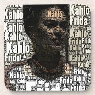 Frida Kahlo que pone letras al retrato Posavasos De Bebida