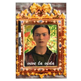 Frida Kahlo Reflejando Pizarras Blancas