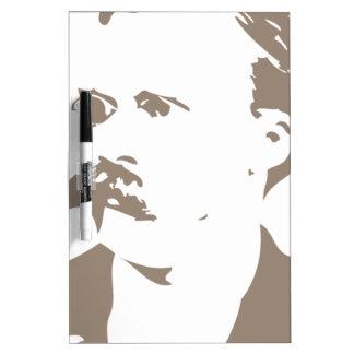 Friedrich Nietzsche hace frente a gris caliente Tableros Blancos