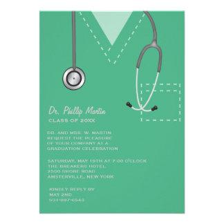 Friega la invitación médica verde de la graduación