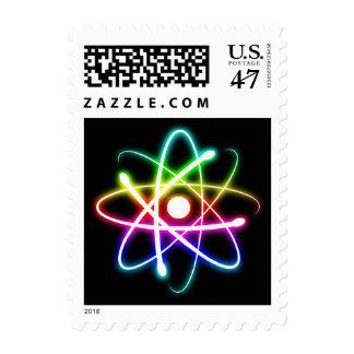 Friki colorido del átomo que brilla intensamente estampillas