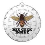 Friki de la abeja dentro tablero dardos