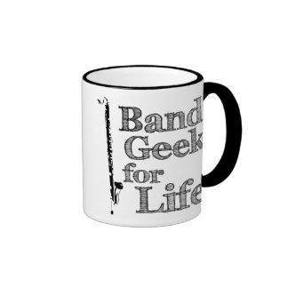 Friki de la banda del clarinete bajo taza de café