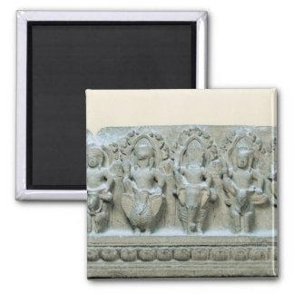 Friso que representa nueve divinidades imán cuadrado