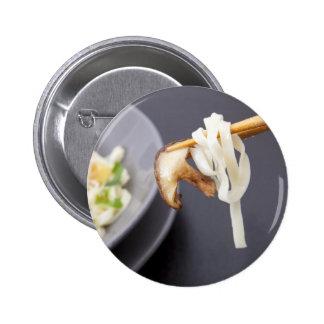 Fritada del Stir con el botón de las setas Pin Redondo De 2 Pulgadas