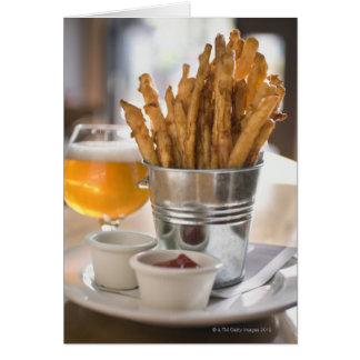 Fritadas de la patata dulce servidas con vinagre y felicitacion