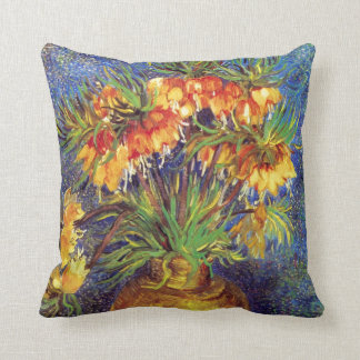 Fritillaries imperiales de corona en un florero de almohadas