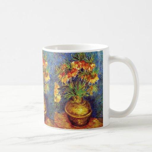 Fritillaries imperiales de corona en un florero de taza de café