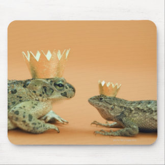 Frog and lizard wearing crowns mousepad