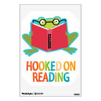 Froggy enganchado en la lectura vinilo decorativo