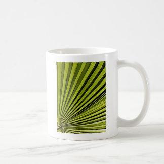 Fronda verde de la palma tazas
