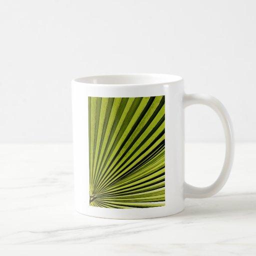 Fronda verde de la palma taza clásica