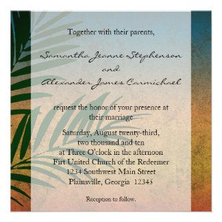 Frondas tropicales de la palma de la puesta del so invitacion personalizada