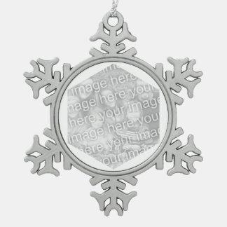 Frontera blanca de la foto del hexágono adorno de peltre en forma de copo de nieve