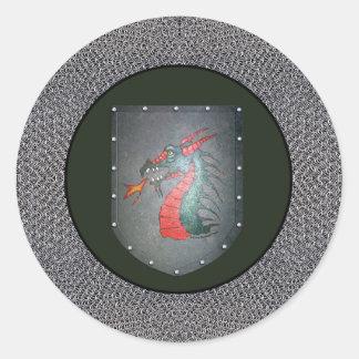 Frontera de Chainmail del dragón del escudo del Pegatina Redonda