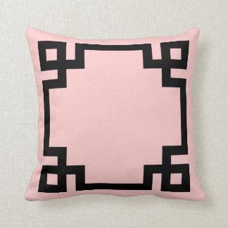 Frontera dominante griega rosa clara y negra cojin