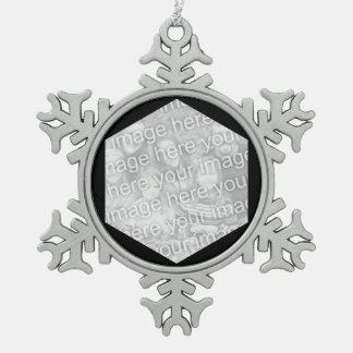 Frontera negra de la foto del hexágono adorno de peltre en forma de copo de nieve