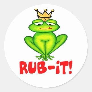 Frotación-él príncipe de la rana pegatina redonda