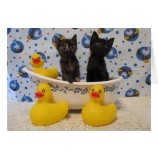 Frote los gatitos y los patos de una copia de la tarjeta de felicitación