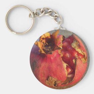 Fruta de la granada con los granos visibles. llavero redondo tipo pin