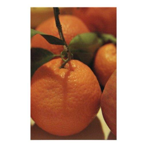 Fruta de las manzanas de los naranjas en una tabla papeleria de diseño