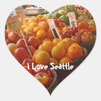 Fruta en el mercado de lugar de lucios pegatina en forma de corazón