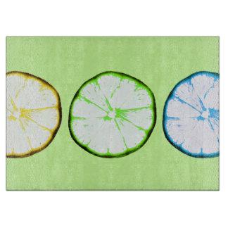 fruta enrrollada - limones y rebanadas de la cal tabla de cortar