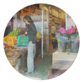 Fruta fresca de compra platos de comidas