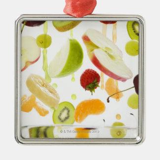 Fruta mezclada fresca con la manzana y el zumo de adorno cuadrado plateado
