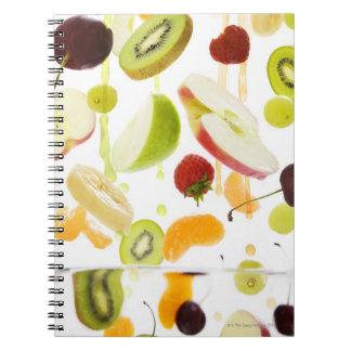 Fruta mezclada fresca con la manzana y el zumo de  note book